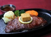 肉厚のステーキは秘伝のカフェドパリバターと