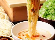 〆は中華麺。豚骨胡麻ダレと具だくさんラー油で