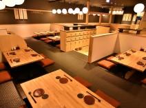 大広間やテーブル席、カウンター席など様々なお席をご用意しております