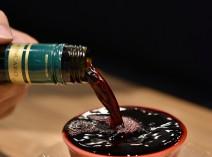 酒器から溢れるじゃぶじゃぶワインをどうぞ