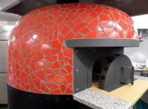 キッチン中央に鎮座する石窯