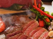 鉄板で焼き上げる美味しいお肉が主役です。