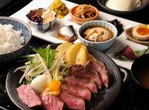 ランチの人気メニュー☆ 牛ロースの熔岩焼 おばんざいプレート 1,480円(税別)
