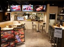 ステーキの焼ける音、香ばしい匂い…ライブ感抜群のオープンキッチン